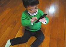 2岁幼儿玩手机 一天帮妈妈抢千元红包