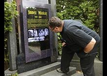 世界首款电子墓碑诞生 48英寸防雨触摸显示屏
