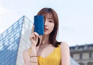 毛晓彤携荣耀10 GT手机亮相巴黎时装