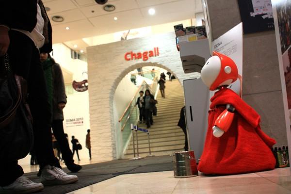 dona是一个可爱的机器人,红色的衣帽,会眨眼睛,还会对你鞠躬,融入了