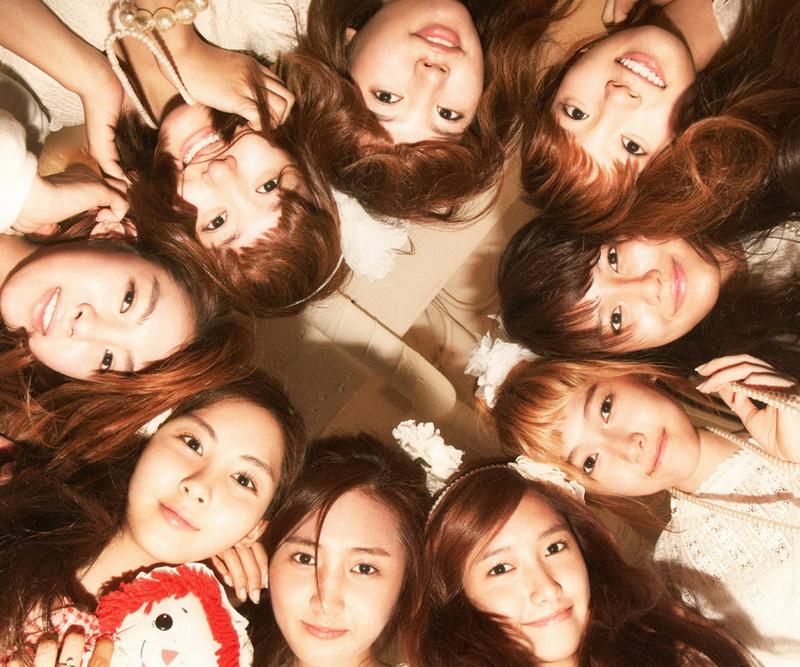 """""""少女时代""""是韩国S.M Entertainment于2007年推出的9名女子少女组合。成员由年龄为10代的9名女高中生组成。从出道开始,少女时代就显出了改写韩国女子组合在韩国乐坛的历史上的强大气势。"""